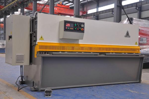 深圳五金冲压件外发加工厂-剪板机图片
